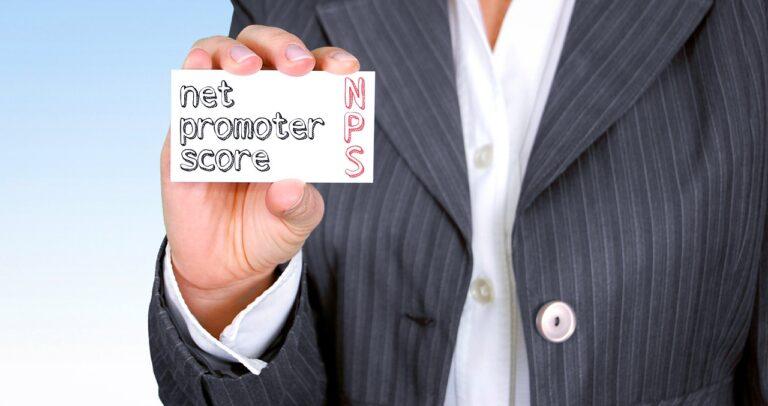 Net Promoter Score. Uomo con biglietto descrittivo